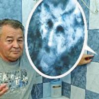 Imaginea Diavolului a aparut pe o placuta de faianta din baie