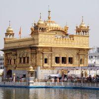 Harmandir Sahib, de asemenea cunoscut sub numele informal de Templul de Aur este clădifirea cea mai sacră a Sikhiilor. Autor Oleg Yunakov. Sursa Wikipedia.