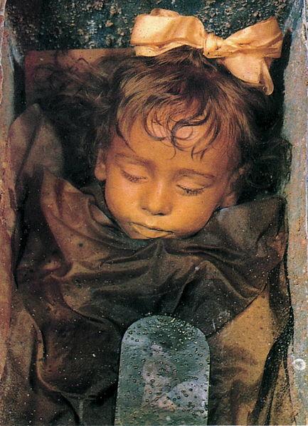 Mumia fetiţei Rosalia Lombardo (1918-1920) care se găseşte în Cimitero dei Cappuccini la Palermo. Foto de Sibeaster, sursă Wikipedia.