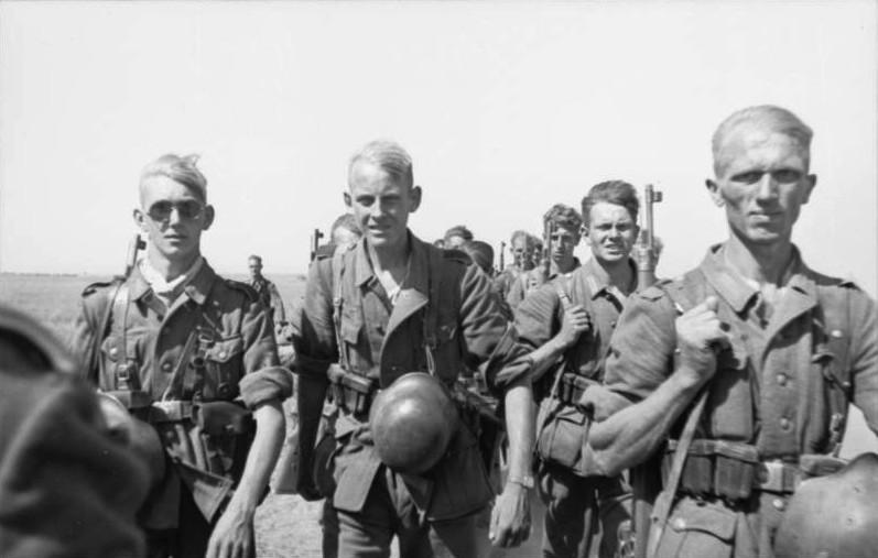 Bundesarchiv_Bild_101I-217-0465-32A,_Russland,_Soldaten_auf_dem_Marsch