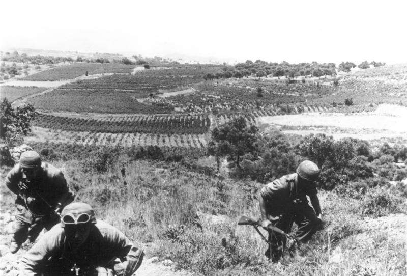 Kreta, Fallschirmjäger erklimmen Hügel